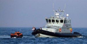 Reino unido, Francia acuerdan plan para detener el tráfico ilegal de inmigrantes de los barcos a través del Canal inglés