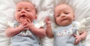 Separados gemelos padres gracias a las enfermeras para las fotos