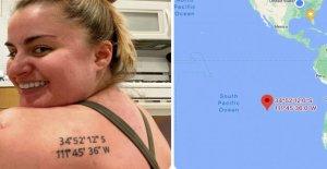 Mujer accidentalmente se equivoca coordenadas entintadas para tatuaje de lugar especial: 'Realización dolorosa!'