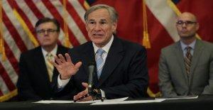 El gobernador de Texas Abbott firma...