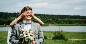 El mejor hombre hace bromas al novio, finge ser la novia durante la primera mirada, muestra videos virales
