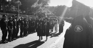 La hija del bombero asesinado de California usa su chaqueta en la graduación