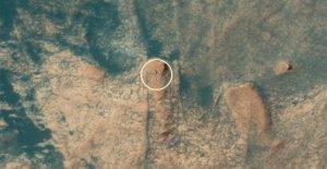Mars rover 'Curiosity' visto desde el espacio mientras sube al 'Mont Mercou' SEE