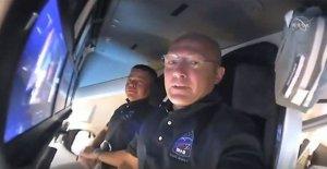 El astronauta de la cápsula conjunto para acoplarse con la estación espacial
