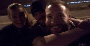 De policía de Denver despedido por las fotos burlándose de la muerte del hombre
